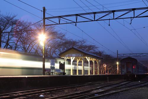 家山駅に一番列車到着