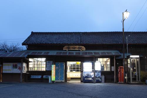 早朝の家山駅駅舎