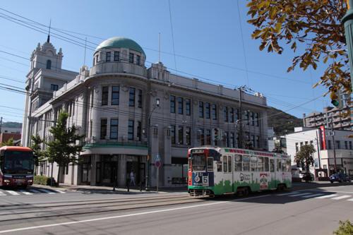 函館市地域交流まちづくりセンター前を行く723号