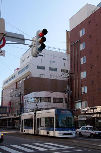 函館駅前のビル街を行く9601号