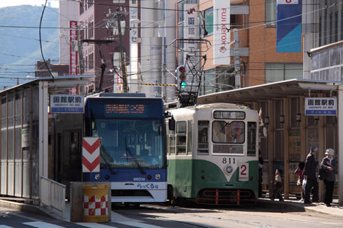 函館駅前停留所での9601号と811号の並び
