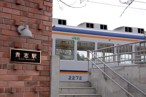 貴志駅ホームへの階段