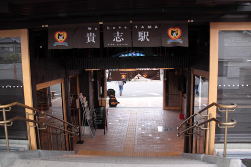 ホームから駅舎内への階段