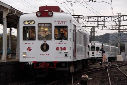 伊太祈曽駅に停車中のいちご電車