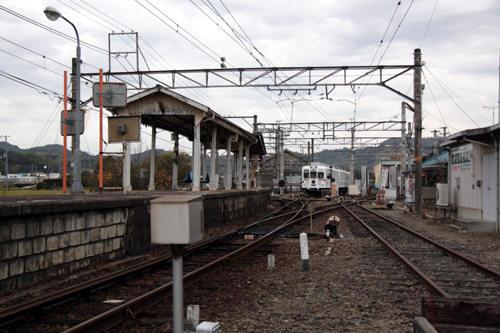 伊太祈曽駅のホームと構内の様子