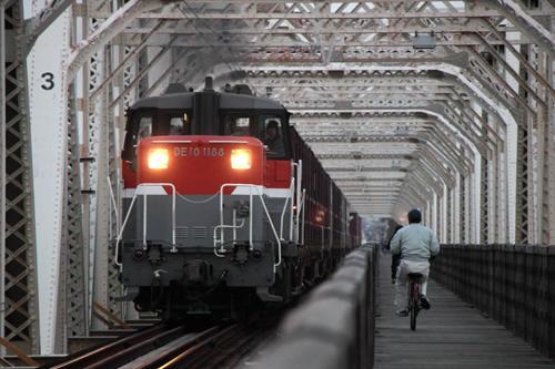 自転車とすれ違う4070列車