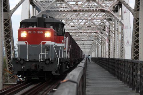 淀川橋梁の4070列車のDE10 1188