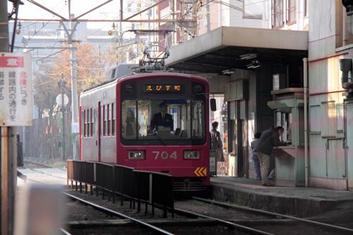 南霞町駅に停車中のモ704