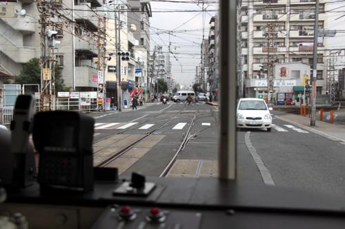 車内から見た上町線との平面交差