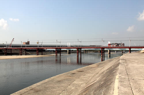 大和川橋梁を渡る電車