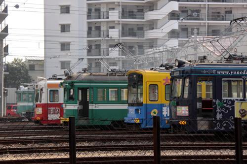 カラフルな電車が並ぶ車庫