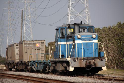 前川駅に到着する507列車のKD55 103