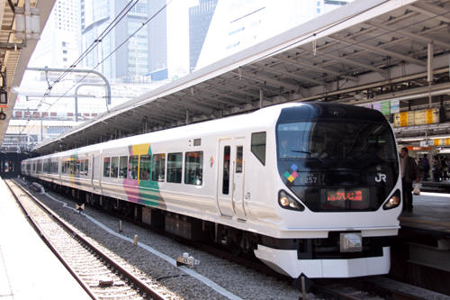 新宿駅の特急かいじ107号