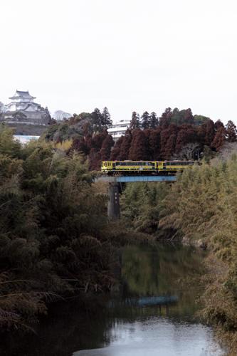 大多喜城と第四夷隅川橋梁を渡る列車