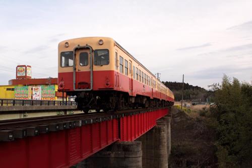 第2養老川橋梁を渡る列車を後追いで