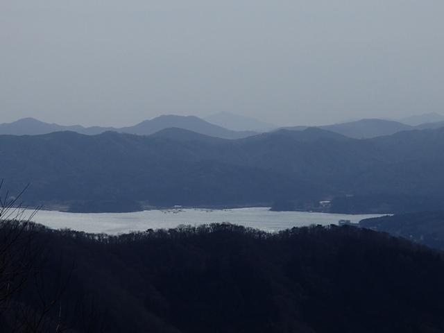 志津川湾の向こうに金華山