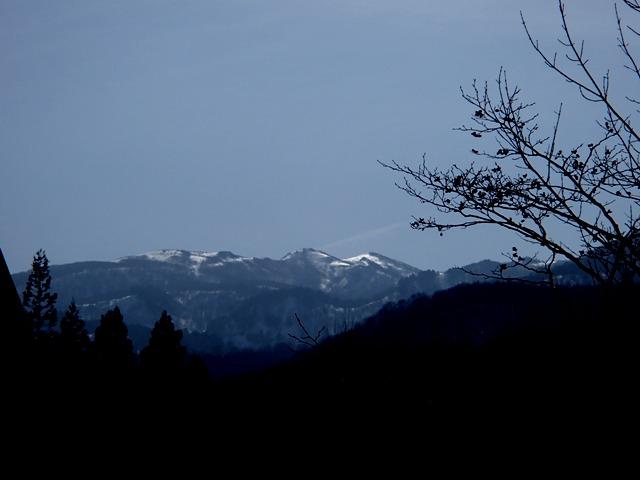 内水面試験場脇から三峰山