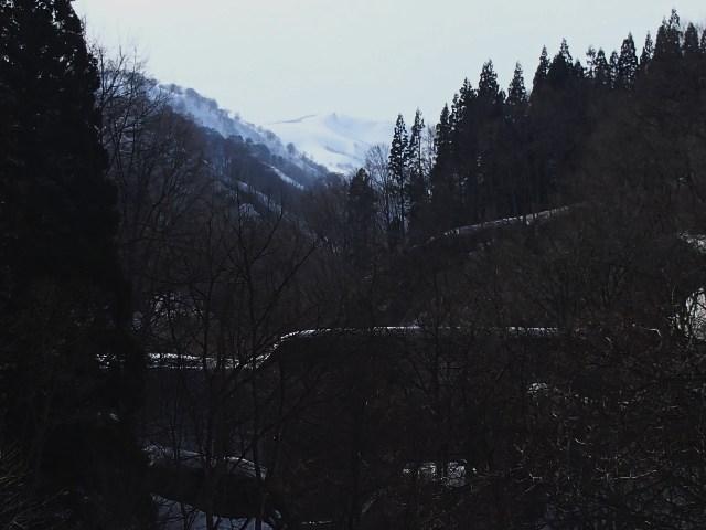 県道からはるか赤見堂岳山頂