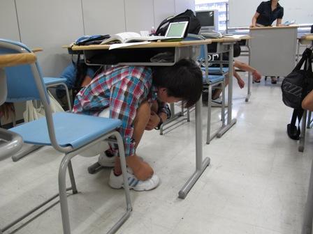 机の下に避難!