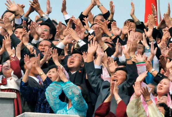 Parade_in_Pyongyang_North_Korea_4.jpg