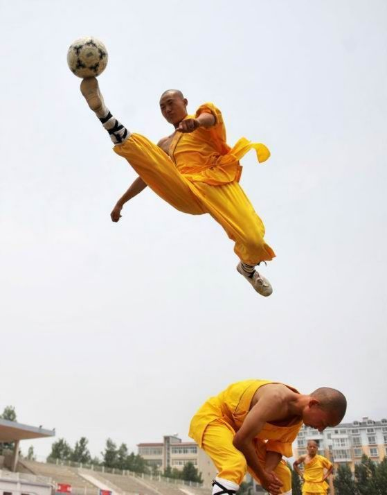 shaolin-monks-football03.jpg