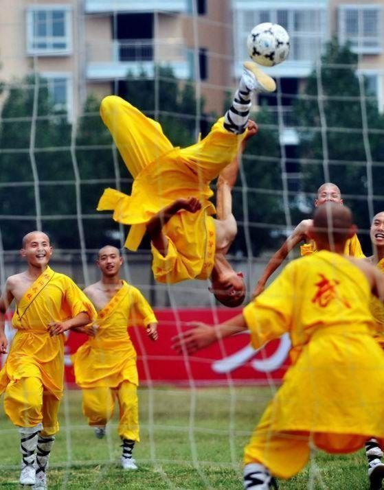 shaolin-monks-football04.jpg