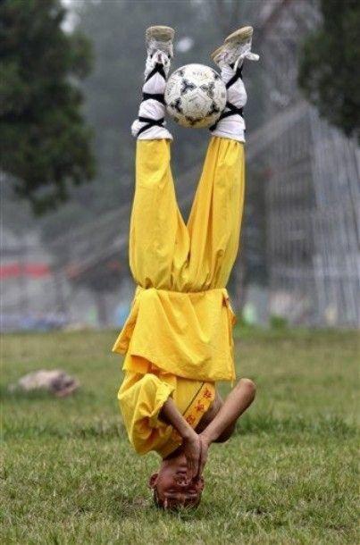 shaolin-monks-football05.jpg