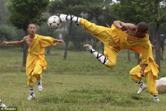 shaolin-monks-football06.jpg