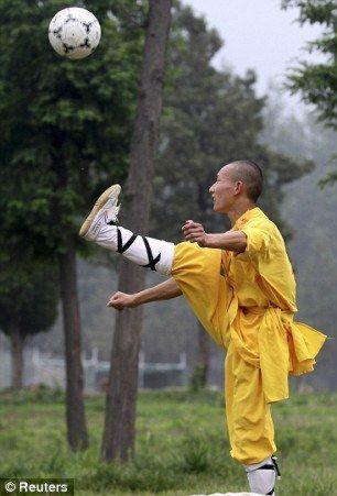 shaolin-monks-football07.jpg