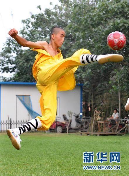 shaolin-monks-football11.jpg