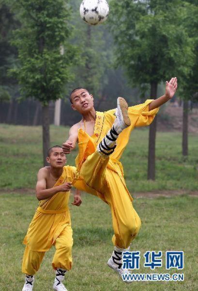 shaolin-monks-football12.jpg