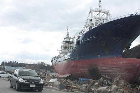 海から何キロなのか…大きい船の下には車が