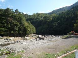 山の中の道志川