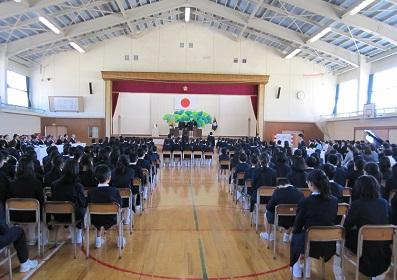 91名の6年生に学校長から卒業証書が
