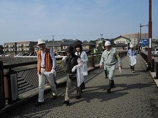 毎年開催しています大学門前町新七つ橋渡りと清掃