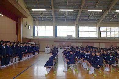 6年生から歓迎の挨拶と校歌が披露されました。