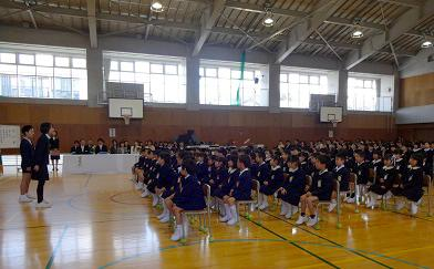 在校生代表の歓迎の挨拶、校歌の披露も