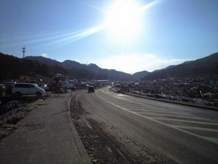 やっとあけられた道路。右も左も瓦礫の山。