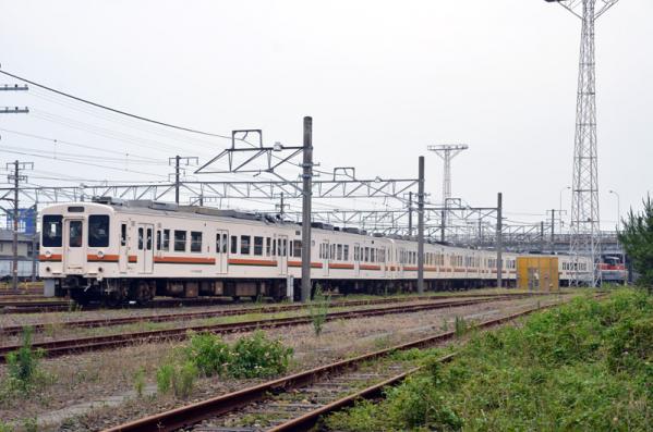 DE10に引かれて移動する119系電車