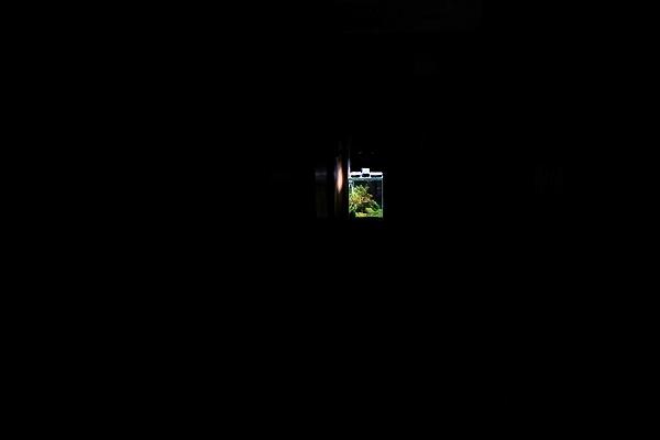 夜に水槽を眺める場所