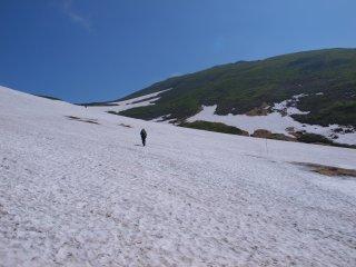 s04雪渓を歩く