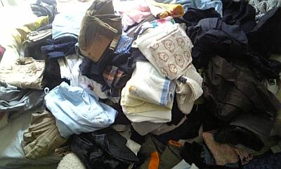 衣服山積み
