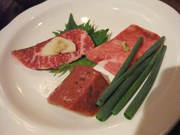 日南 肉のお造り (左奥:ハラミ、真ん中:レバー、右奥:タン)