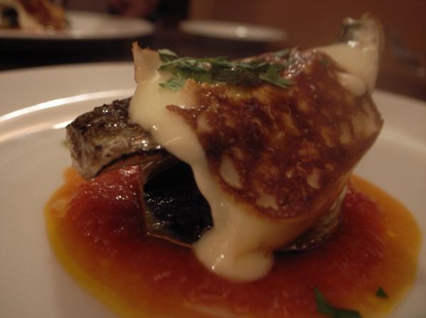イカロ 秋刀魚のコンフィとスカモルツァチーズのソテー