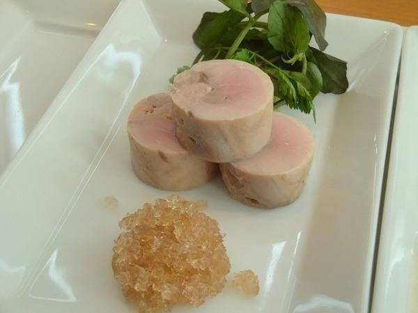 シェ・トモ フランス産 ウズラの冷製バロティーヌ 二層になった栗のムースとフォワグラのピューレ添え