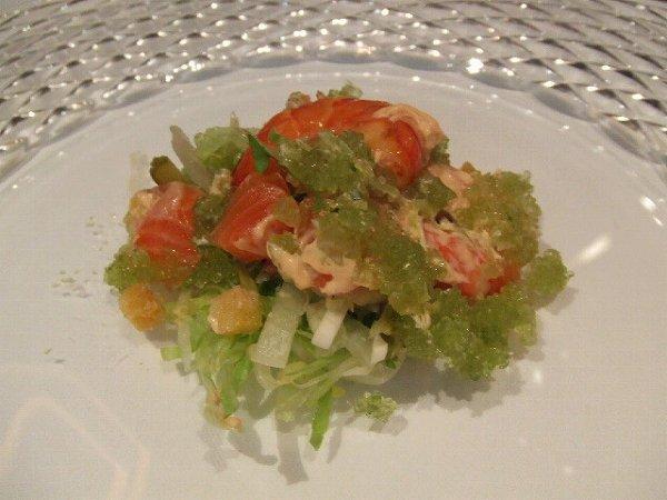 シェ・トモ タスマニア産サーモンのマリネと車海老の自家製スモーク サラダのカクテル仕立て 抹茶風味のゼリー添え