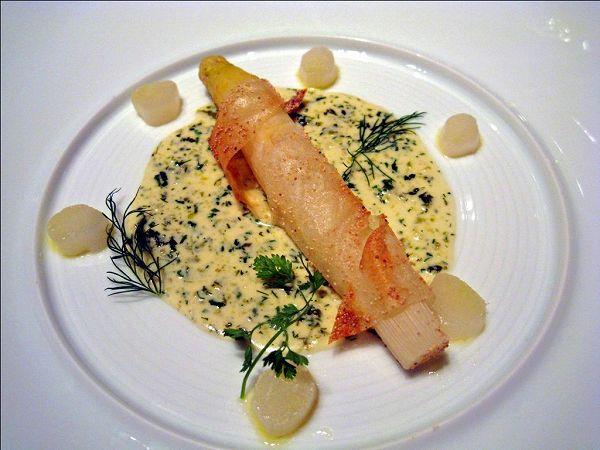シェ・トモ パートプリックをまとわせて焼き上げたフランス産ホワイトアスパラガス 2010年スタイル ブールブラン・ソース添え