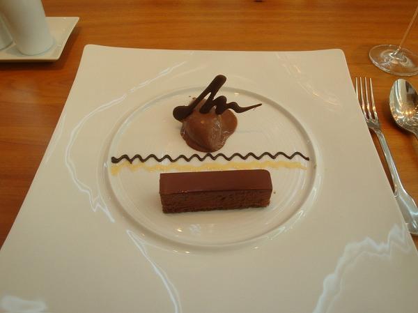 シェ・トモ ヴァローナ社のチョコレートを使ったアイスとケーキ