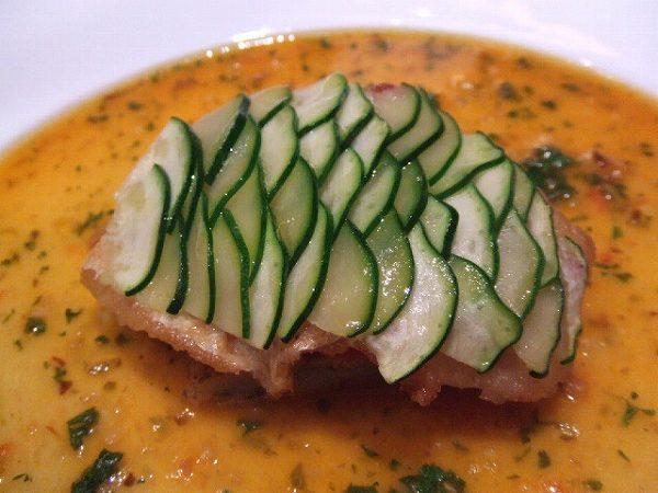 シェ・トモ 地魚のソテー ズッキーニの鱗仕立て サフラン風味のマリニエールソース