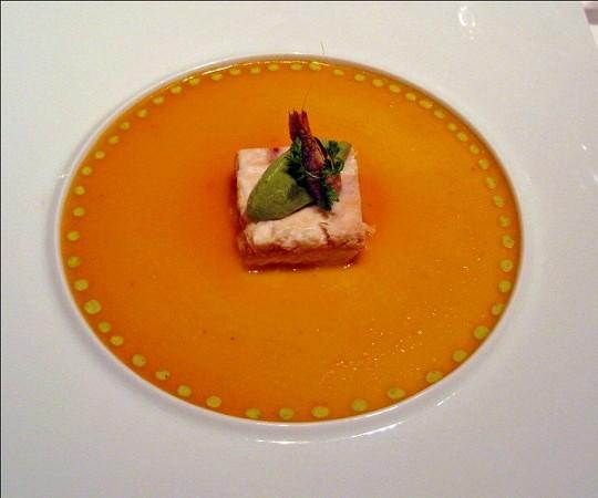 シェ・トモ 地魚と蟹のガトー仕立て アボカドのムースリーヌとトマトのクーリ添え